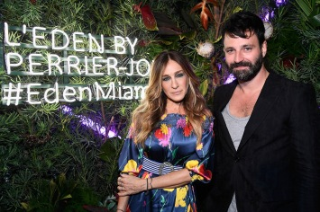 MIAMI BEACH, FL - NOVEMBER 29: Sarah Jessica Parker and Simon Hammerstein attend the L'Eden By Perrier-Jouet opening night in partnership with Vanity Fair at Casa Claridge's on November 29, 2016 in Miami Beach, Florida. (Photo by Frazer Harrison/Getty Images for Perrier-Jouet)